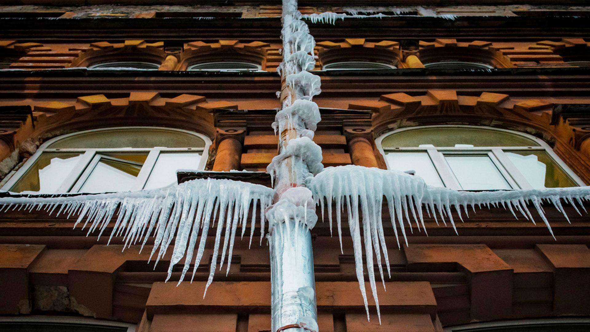 В Петербурге за четыре года зафиксировано 155 случаев падения снега с крыш.